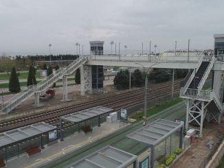 لقد وصل جسر المشاة في الحرم الجامعي التعليمي إلى مرحلة الإكمال