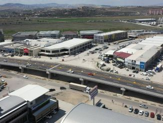 Primer cruce con puente abierto al tráfico en el bulevar industrial sasmaz