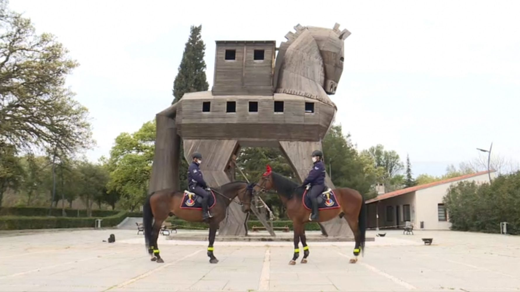 The security of the ancient city of troya is entrusted to the gendarme on the horse