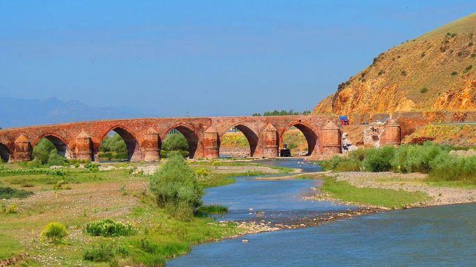 يتألق جسر cobandede بمجد اليوم الأول