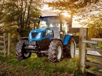 Traktoren aus New Holland mit sicherer Fahrausrüstung treffen auf Landwirte