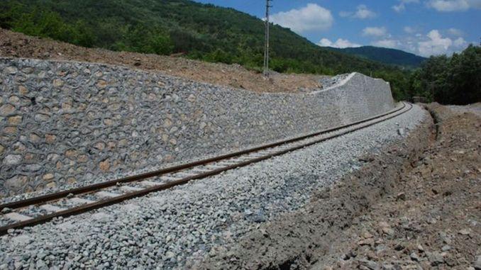 Steinmauer wird auf der Irmak-Zonguldak-Eisenbahnlinie gebaut