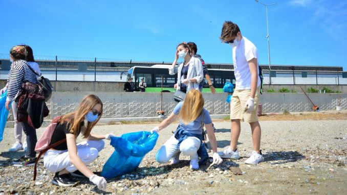 Mudanya sea divers cleaned the beach by environmentalists