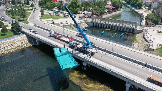 The catamaran taken for the cleaning of Beyşehir Lake was lowered into the goal.