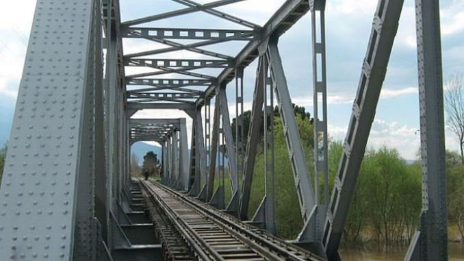 Việc phun cát và sơn sẽ được thực hiện trên cầu đường sắt thép.