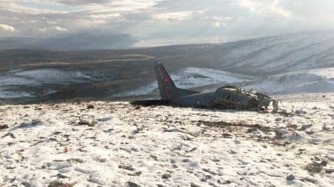 غبار طائرة عسكرية فوق اسكيشير