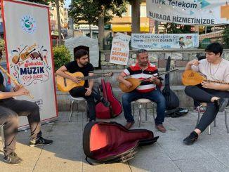 Пляж Бейкоз заполнили уличные музыканты