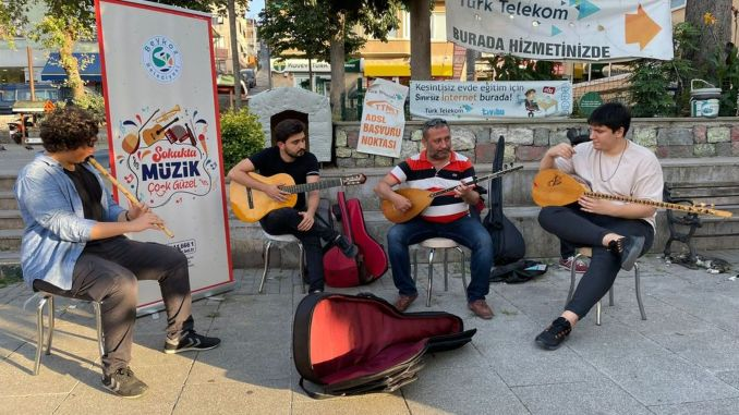 Beykoz beach filled with street musicians