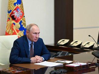 بوتين يحتفل بيوم عمال السكك الحديدية الروس