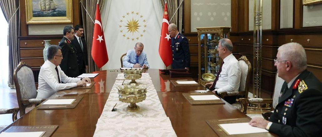 quyết định của hội đồng quân sự cấp cao được công bố