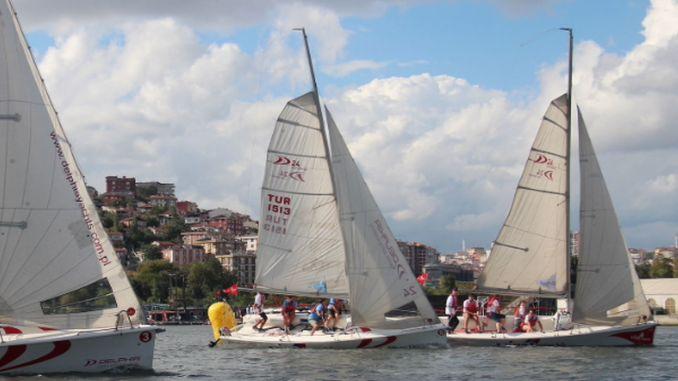 Bosporus-Tasse schuf ein visuelles Solenoid im Bosporus von Istanbul-Mündungsstein