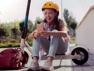 इलेक्ट्रिक स्कूटर चलाते समय सुरक्षात्मक उपकरण की आवश्यकता होती है।