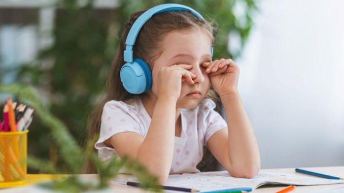 S'il cligne fréquemment des yeux, plisse les yeux ou se frotte les yeux, faites attention