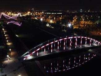 Mostovi v mestnem parku Hudavendigar svetijo