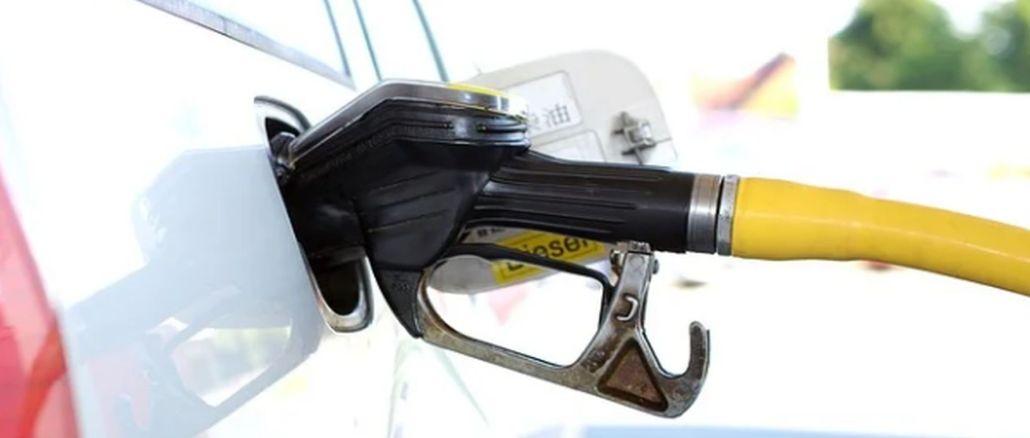 An Tankstellen bildeten sich Schlangen, bevor die Kraftstofferhöhung in Kraft trat