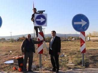 Señal de advertencia iluminada para el cruce de Dinar Iyas