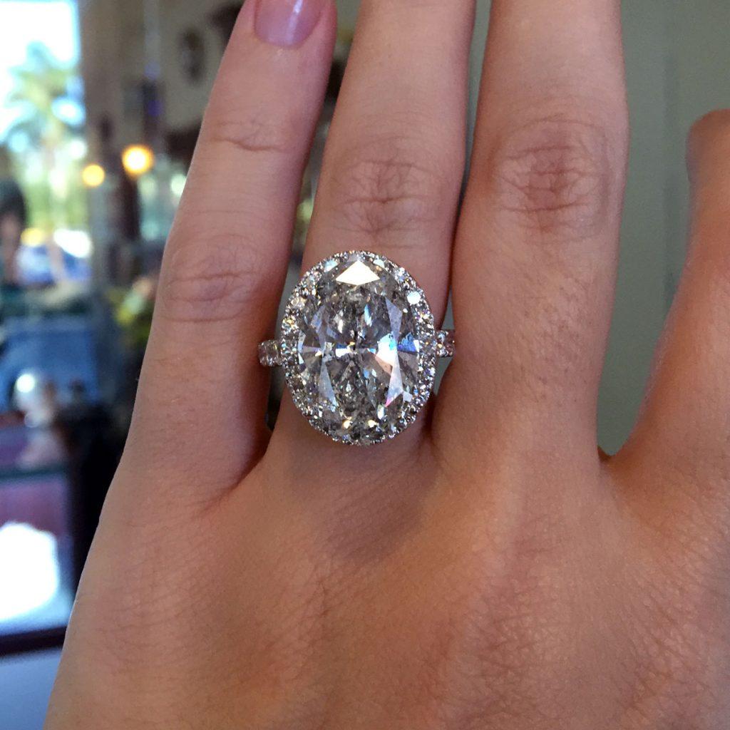 18k White Gold 905ct Oval Diamond Halo Engagement Ring