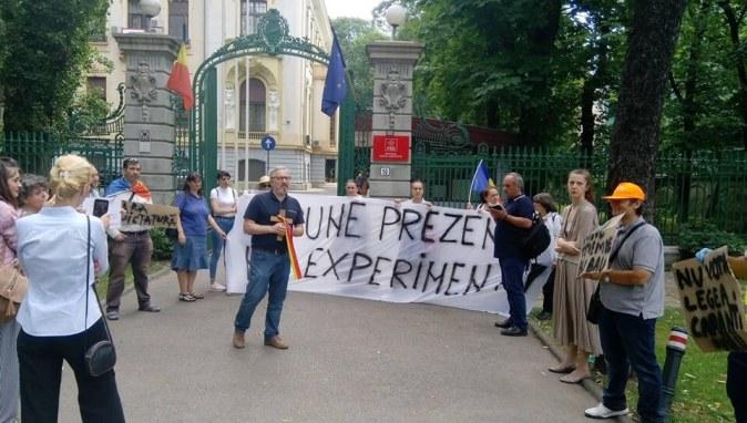 109289878 978103175947240 3879430689028120072 n 300x170 - Ieri au avut loc doua proteste împotriva legii pandemiei in fața sediului PSD