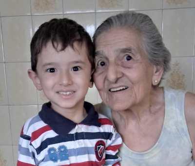 menino que teve aniversário com o tema Roda a Roda com a bisavó