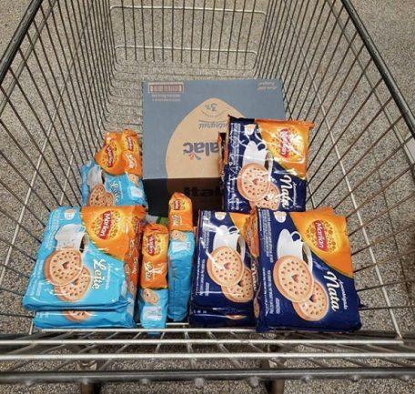 Pacotes de biscoito em carrinho de supermercado