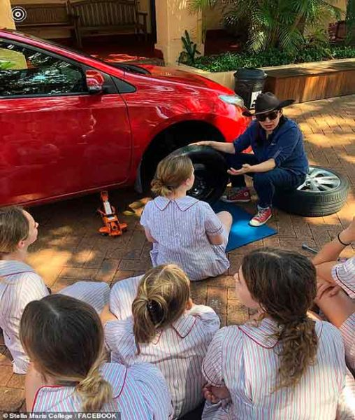 meninas aprendem a trocar pneus na escola