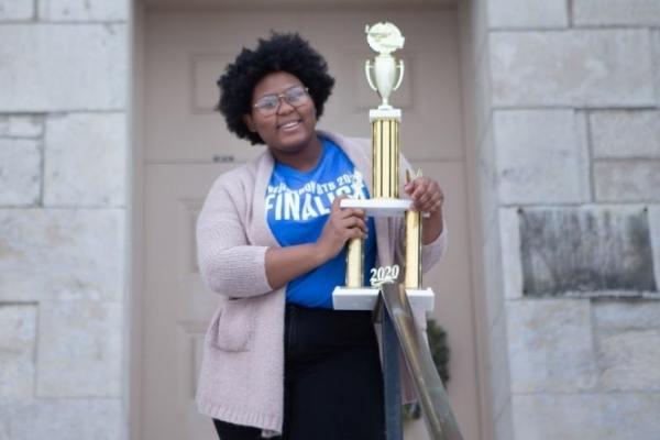Dasia, adolescente de 17 anos com prêmio que recebeu por criar experimento que detecta infecções