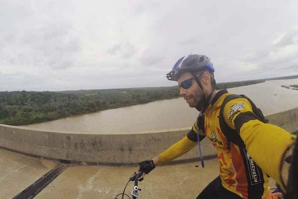 Márcio Francisco Martins durante sua viagem de bicicleta pelo Brasil para criar documentário sobre a importância da água