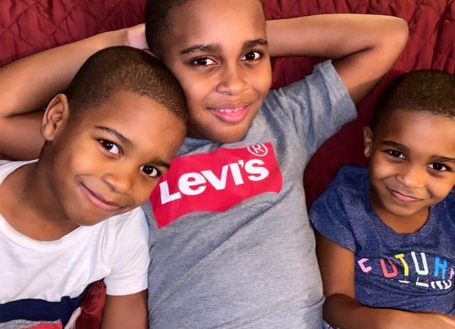 [VÍDEO] Menino de 6 anos acalma irmão mais novo de forma fofa e surpreendente 1
