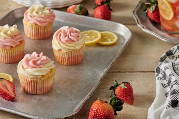 cupcakes em bandeja com morangos e rodelas limão