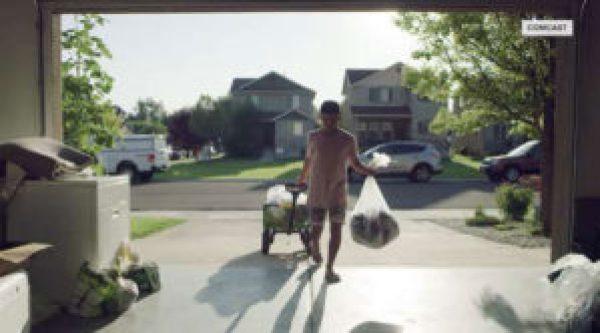 Menino carregando roupas