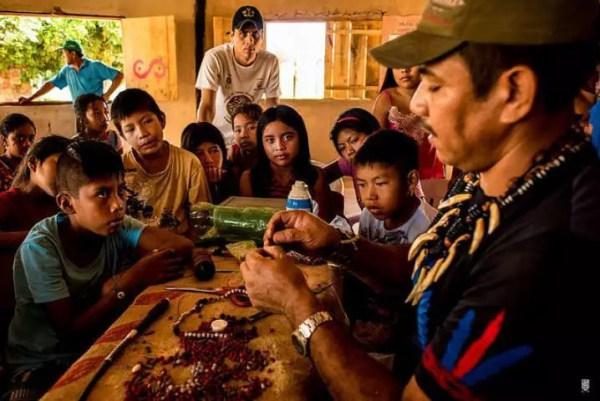 professor indígena ensina artesanato crianças