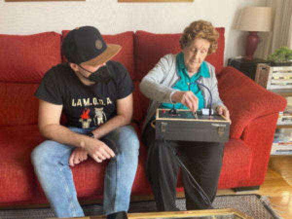 Neto ensinando avó a usar dispositivo