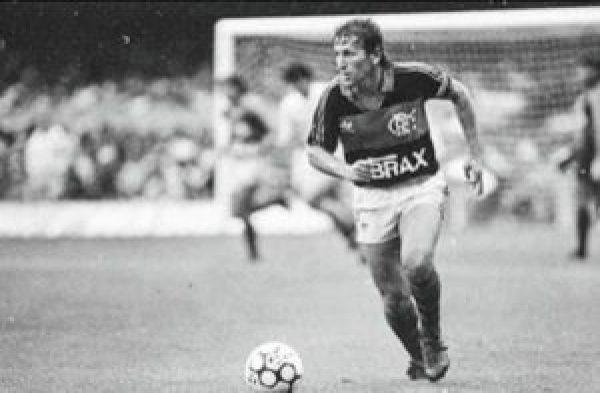 Zico em partida pelo Flamengo