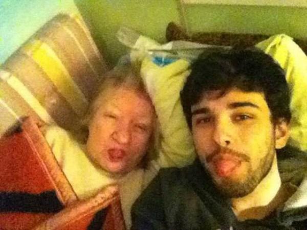 selfie neto avó alzheimer deitados cama