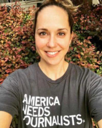 Mulher com camisa com palavras em inglês