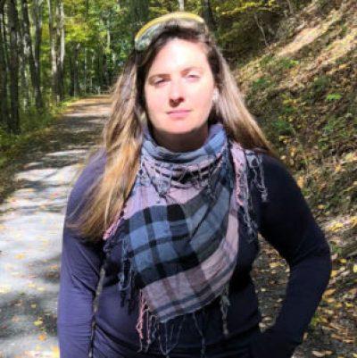 Mulher posando em floresta