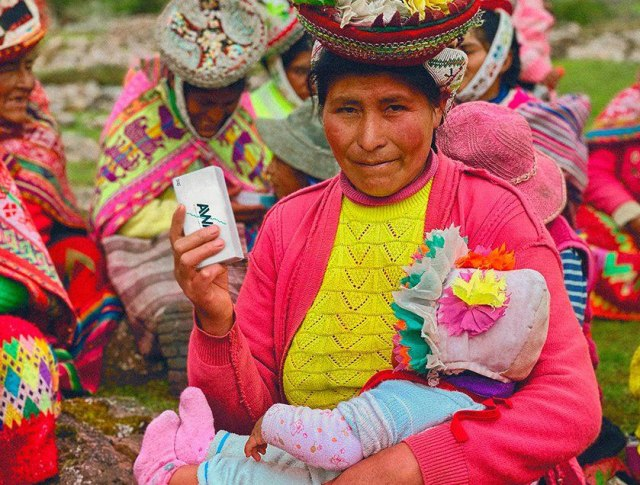 Mulher peruana com sabão em mãos