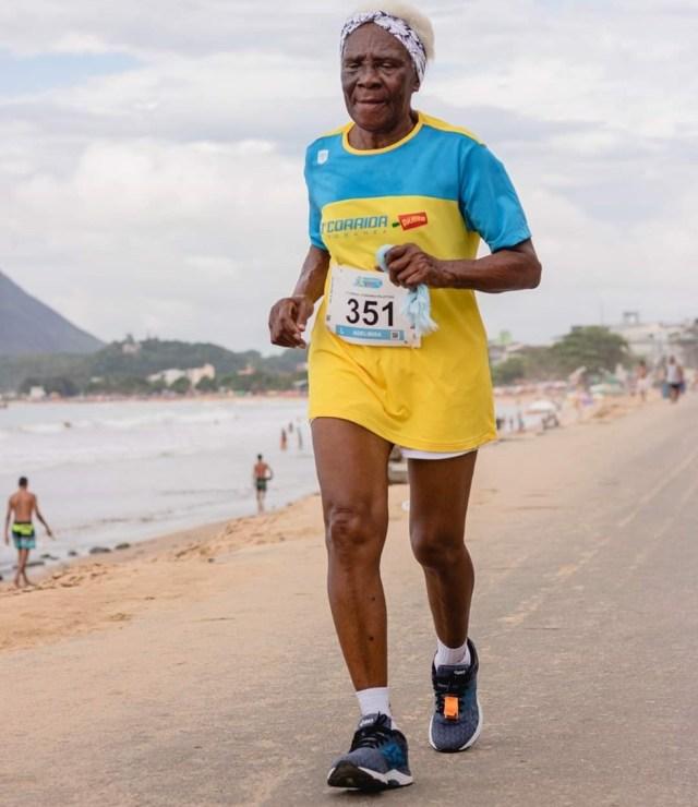 atleta idosa caminha doze km por corrida