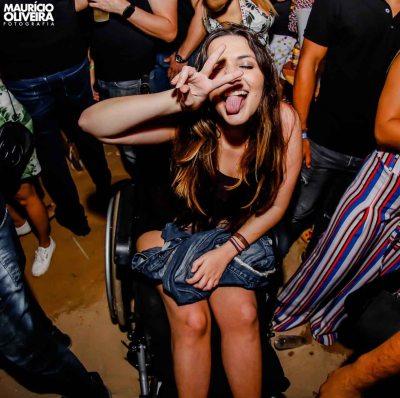 jovem cadeirante curte show música