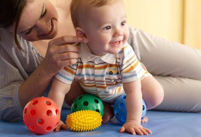 Семимесячный ребенок с игрушками