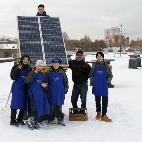 Установка солнечных панелей на крыше школы 112