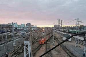 В Новосибирске пассажирский поезд насмерть сбил мужчину с «розой ветров» на груди