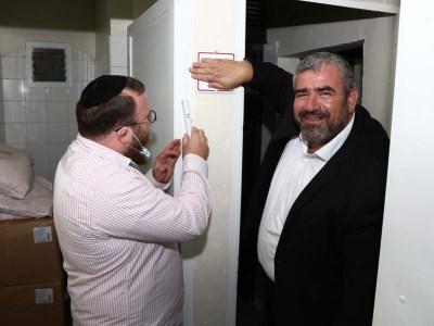 חבר מועצת העיר ישראל מנדלסון קובע מזוזה