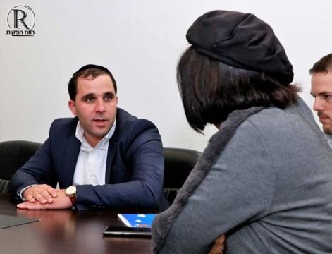 איציק אלמליח משוחח עם ראש העיר