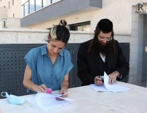 """יו""""ר ועדת תו""""ב הרב שמעון גולדברג, ומהנדסת העיר גב' ענבר ווייס חותמים על טופס 4"""