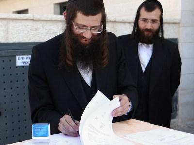 הרב שמעון גולדברג חותם על טופס 4