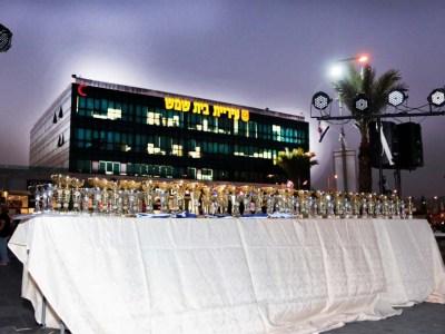 השולחן וועליו הגביעים והמדליות שהוענקו לרצים, ברקע בניין העירייה