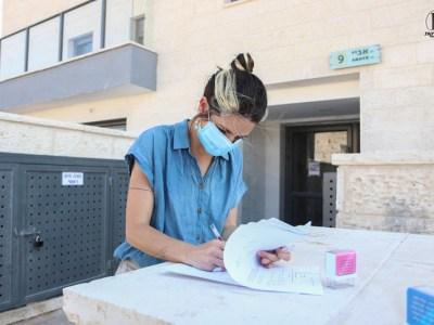 מהנדסת העיר ענבר ווייס חותמת על-טופס 4