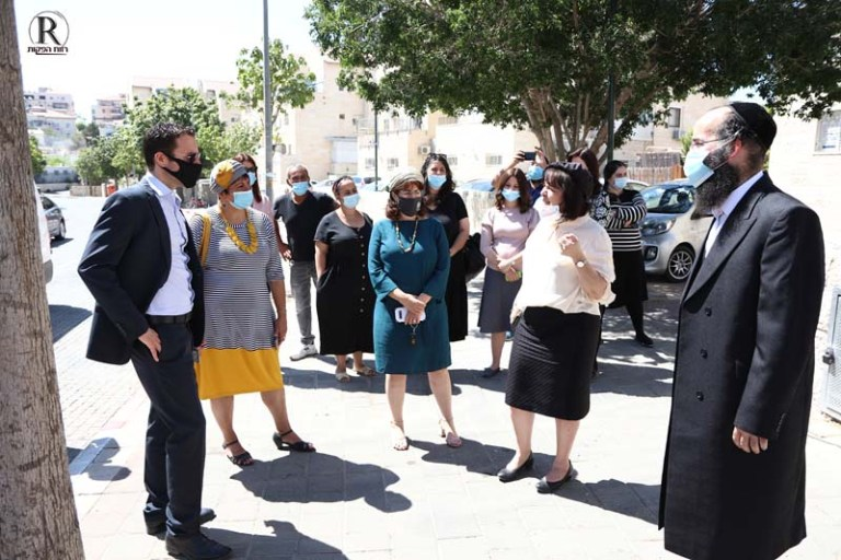 ראש העיר עליזה בלוך מספרת לשר על ארגון עזרת אחים