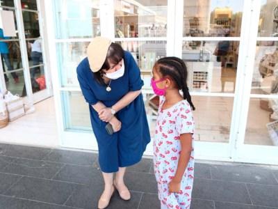 ראש העיר עליזה בלוך עם ליאם העולה לכיתה א